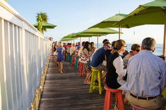 Gente en un café al aire libre Foto de archivo