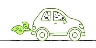Gente en un coche verde