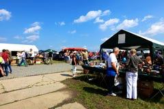 Gente en un mercado de pulgas Fotos de archivo libres de regalías