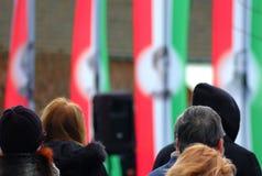 Gente en un monumento Día húngaro de los independes foto de archivo