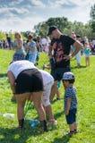 Gente en un parque con las burbujas de jabón Foto de archivo libre de regalías