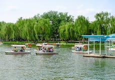 Gente en un parque El parque de Taoranting es un parque importante de la ciudad situado en Pekín, China fotos de archivo