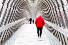 Gente en un puente peatonal Fotos de archivo