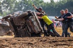 gente en un Stockcar en una pista sucia en un desafío de Stockcar Imagen de archivo libre de regalías