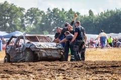 gente en un Stockcar en una pista sucia en un desafío de Stockcar Imagen de archivo