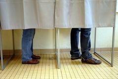 Gente en una cabina de votación en una elección imagen de archivo libre de regalías