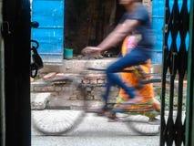 Gente en una calle Foto de archivo libre de regalías