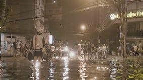 Gente en una calle inundada almacen de metraje de vídeo