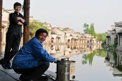 Gente en una ciudad tradicional china fotos de archivo libres de regalías