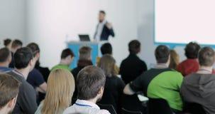 Gente en una conferencia Hablan de tecnologías y del TIC modernos Problemas de la seguridad digital, gente de las TIC Escuche