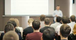 Gente en una conferencia o una presentación, taller, fotografía principal de la clase el conferenciante dice y muestra la present