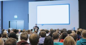 Gente en una conferencia o una presentación, taller, fotografía principal de la clase Visión posterior almacen de metraje de vídeo