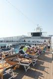 Gente en una cubierta del barco de cruceros Imagen de archivo