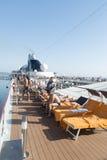 Gente en una cubierta del barco de cruceros Foto de archivo