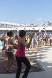 Gente en una cubierta del barco de cruceros Imágenes de archivo libres de regalías