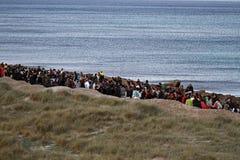 Gente en una demostración pacífica en una playa para protegerla contra la construcción Imagen de archivo