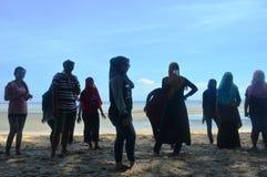 Gente en una playa Imagenes de archivo