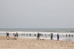 Gente en una playa en Accra, Ghana Foto de archivo libre de regalías