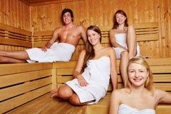 Gente en una sauna mezclada Foto de archivo libre de regalías