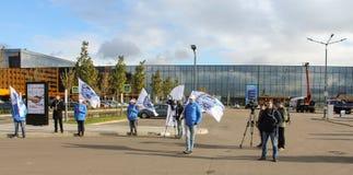 Gente en uniforme con las banderas en el fondo de ExpoForum Fotos de archivo