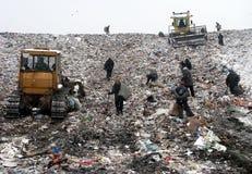 Gente en vaciado de basura Imagen de archivo libre de regalías