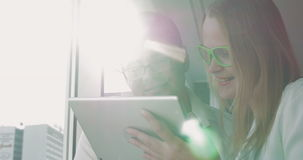 Gente en vidrios con Tablet PC