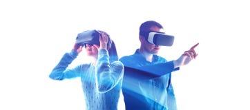 Gente en vidrios virtuales VR imagenes de archivo
