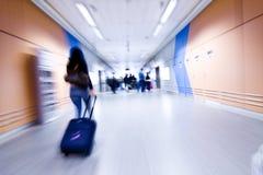 Gente enmascarada en aeropuerto Imagen de archivo libre de regalías