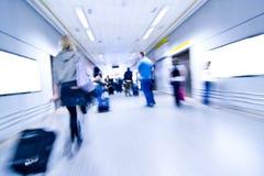 Gente enmascarada en aeropuerto Fotografía de archivo