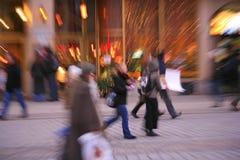 Gente enmascarada en la ciudad Imagen de archivo