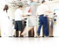 Gente enmascarada en la estación de metro Foto de archivo