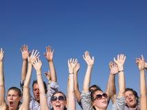Gente entusiastica con le braccia alzate Immagini Stock Libere da Diritti