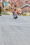 Gente etnica sulle vie ripide in La Paz Fotografie Stock