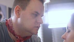 Gente europea en el trabajo en el primer del salón del ` s del peluquero almacen de metraje de vídeo