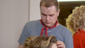 Gente europea en el trabajo en el primer del salón del ` s del peluquero almacen de video