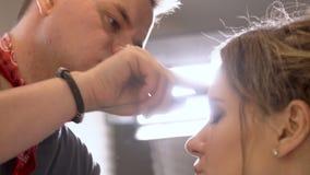 Gente europea en el trabajo en el primer del salón del ` s del peluquero metrajes