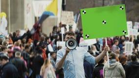 Gente europea en la reunión Hombre caucásico con la bandera que grita en una boquilla