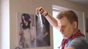 Gente europea sul lavoro nel primo piano del salone del ` s del parrucchiere archivi video