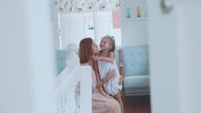 Gente, familia y concepto de la diversión - muchacha feliz que pasa tiempo con la madre en casa almacen de metraje de vídeo