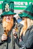 Gente felice in cappelli irlandesi di divertimento che celebra il giorno Fotografia Stock Libera da Diritti