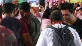 Gente felice che balla e che celebra festival di Holi dei colori stock footage