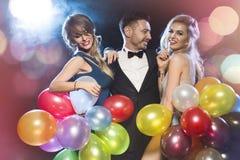 Gente felice che celebra notte di San Silvestro fotografia stock