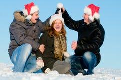 Gente felice che gioca in inverno Immagine Stock