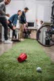 gente felice che gioca nel mini golf a moderno fotografia stock libera da diritti