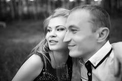 Gente felice che guarda in avanti fotografia stock