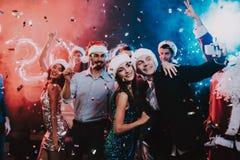 Gente felice che prende Selfie sul partito del nuovo anno fotografia stock libera da diritti