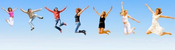 Gente felice che salta con la gioia Fotografia Stock