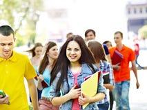 Gente felice del gruppo di estate all'aperto. Immagini Stock Libere da Diritti