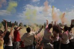 Gente felice durante il festival dei colori Holi Fotografie Stock Libere da Diritti