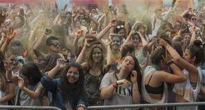 Gente felice durante il festival dei colori Holi Immagini Stock
